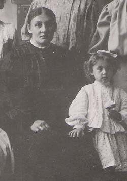Anna Lindner (left)