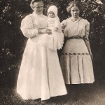 Clara (Szulta) Troka and her daughters.