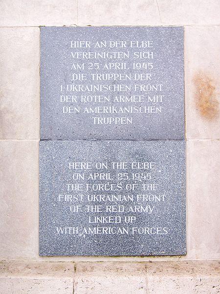 450px-Torgau_Denkmal_der_Begegnung_en-de1